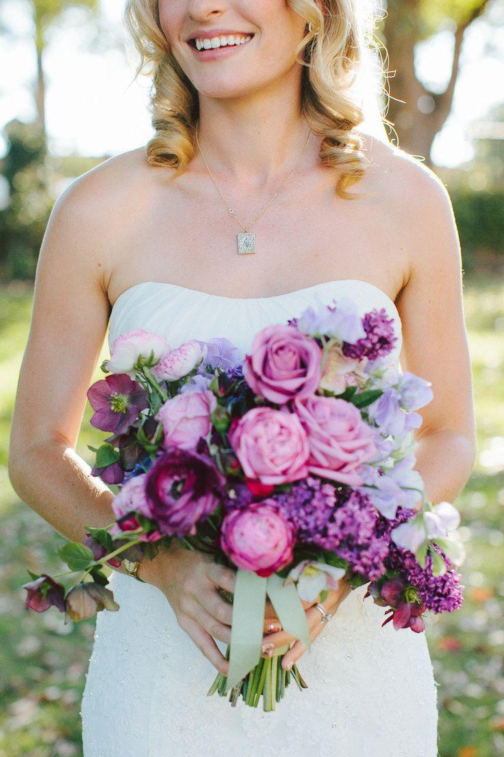 ★★ フォトツアー用ブーケ 色合い&花材が理想的。つぼみの花が混ざってる所も好きなデザインです 。 でも少しだけ大きい気がします。 バラは挙式用ブーケで使いたいので、できるだけ避けてほしいです。