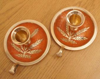 2 candelieri in ottone massiccio | | annata | | disegno floreale | | smalto arancio
