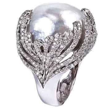 Mvee Bijoux de la mere collection. White gold ring, white diamond and south sea white pearl.