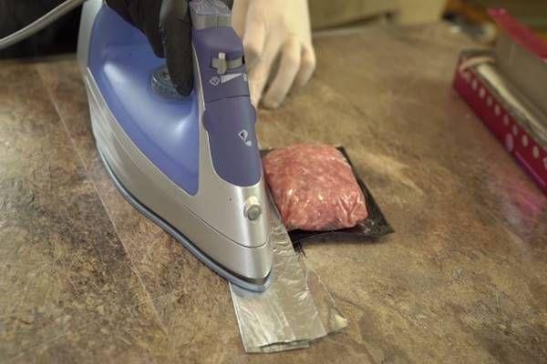 Fogja a vasalót, majd levasalja a fagyasztani kívánt húst.