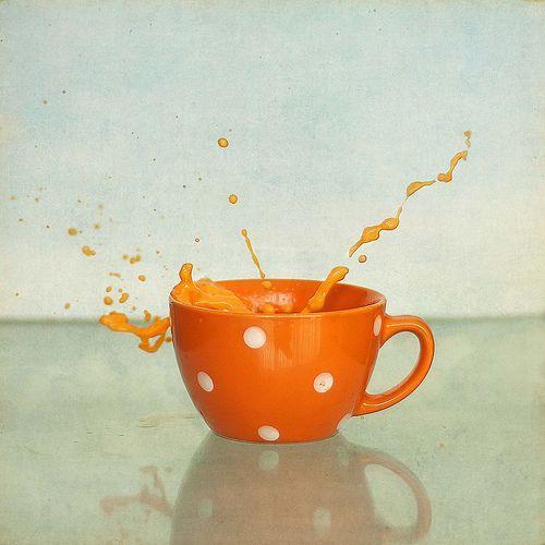 Taza de café de color naranja.