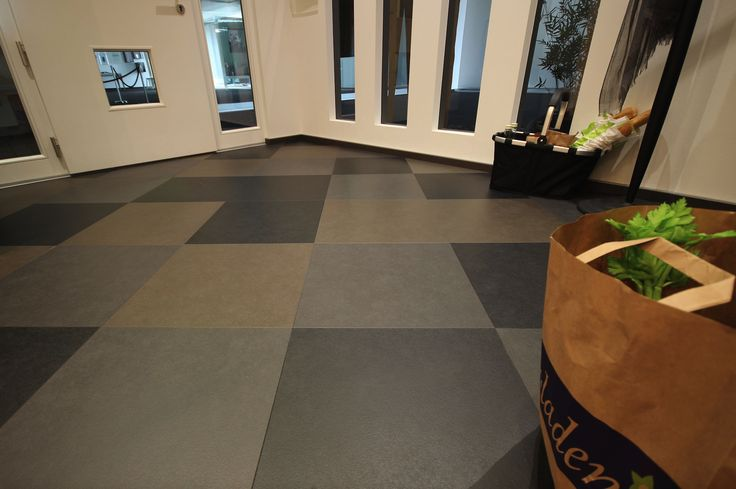 Willkommen in unserem Premium #Flur! Hier wurde Nadura-Boden im Schachbrettmuster verlegt – drei aktuelle, aufeinander abgestimmte Farbtöne. An der Wand seht ihr Longlife-Parkett Residence (PS 500) in Eiche authentic olivgrau. #Wohnen #zuhause #Boden #Modern – Welcome to the Premium #foyer in our MEISTER mock-up house. Here, we have installed Nadura flooring in a chessboard pattern. On the wall, you can see our Longlife parquet Residence (PS 500) in olive grey authentic oak.