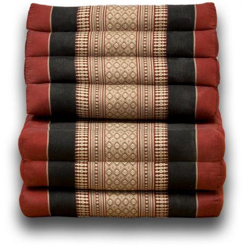 Triangelkudde, Thaikudde Röd/svart  Äkta handknuten Thailänsk triangelkudde med stoppning av Kapok ,som är ett naturligt fiber.  Ett vackert hantverk från Chian Mai i norra Thailand som gör sig lika bra på uteplatsen,stranden, båten och husvagnen sommartid som framför brasan under vinterhalvåret. Ihopfälld så blir triangelkudden en vacker inredningsdetalj.  I utfällt läge blir madrassen 1.70 cm lång.