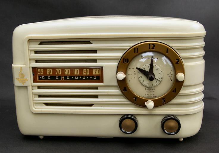 Vintage 1942 emerson white bakelite table top clock radio ...