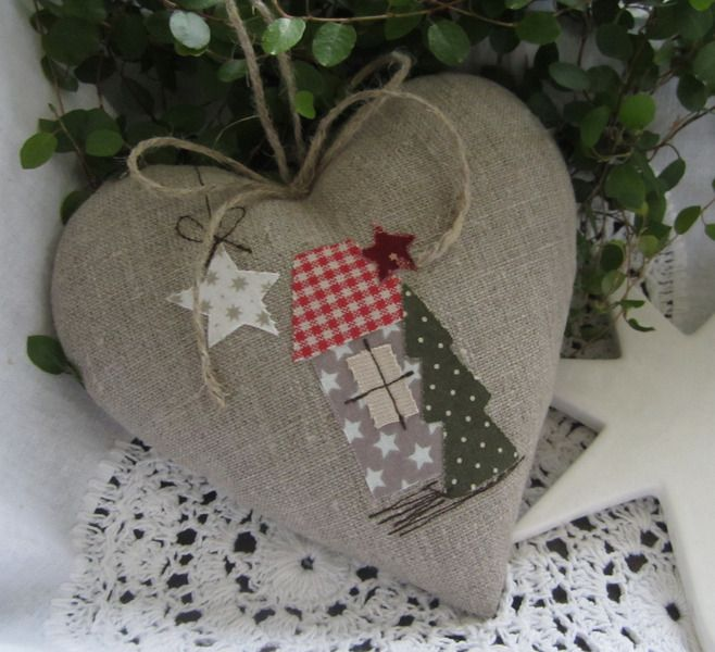Herz+mit+Weihnachtshaus+im+Landhaus-Stil+von+Feinerlei+auf+DaWanda.com