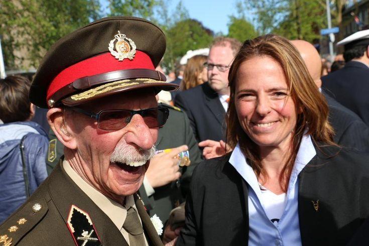 Ok, het is dus @Veteran_Girl #Soraya van W. samen met Ted M. bij bevrijdingsdefile #Wageningen #veteranen #4en5mei