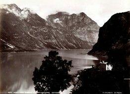 FAKf-100244.160203 «Bjørke, Hjørundfjord». (JSR-Kode: A8/I3-A-Natur) Landskap, vatn, hotellbygning, Ørsta, Bjørke | 1880 - 1900
