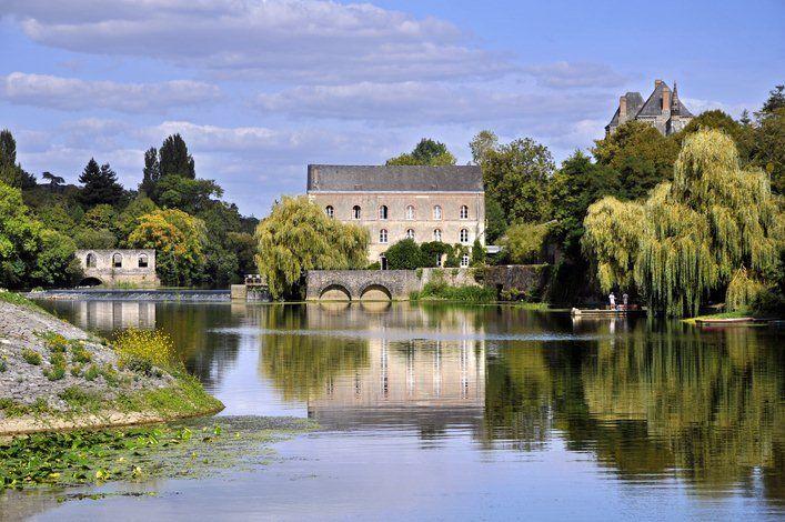 Située entre Angers et le Mans, saviez-vous que la Vallée de la Sarthe représente près de 130 kilomètres de rivière navigable et ce, au milieu d'une nature préservée entre moulins, abbayes, écluses fleuries sans oublier les petites cités de caractère...