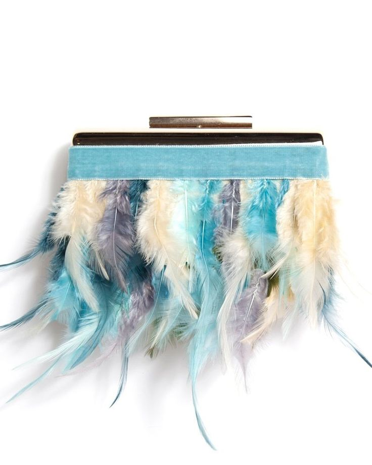 Bolso de fiesta con base dorada, cinta en color azul cielo y plumas en varias tonalidades de azules y verdes www.apparentia.com #clutch #bolsosfiesta