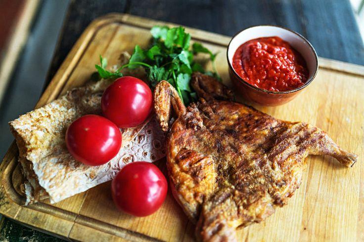 Цыплёнок табака Жареный цыплёнок, маринованный в специях, от шеф-повара ресторана «Арго».