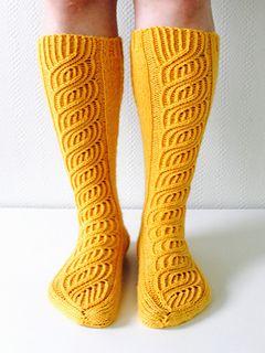 Kauniit Soulmates -sukat nyt myös polvisukkaversiona paksummasta langasta. Takana kulkee lisänä kapeat kuvioneuleraidat.