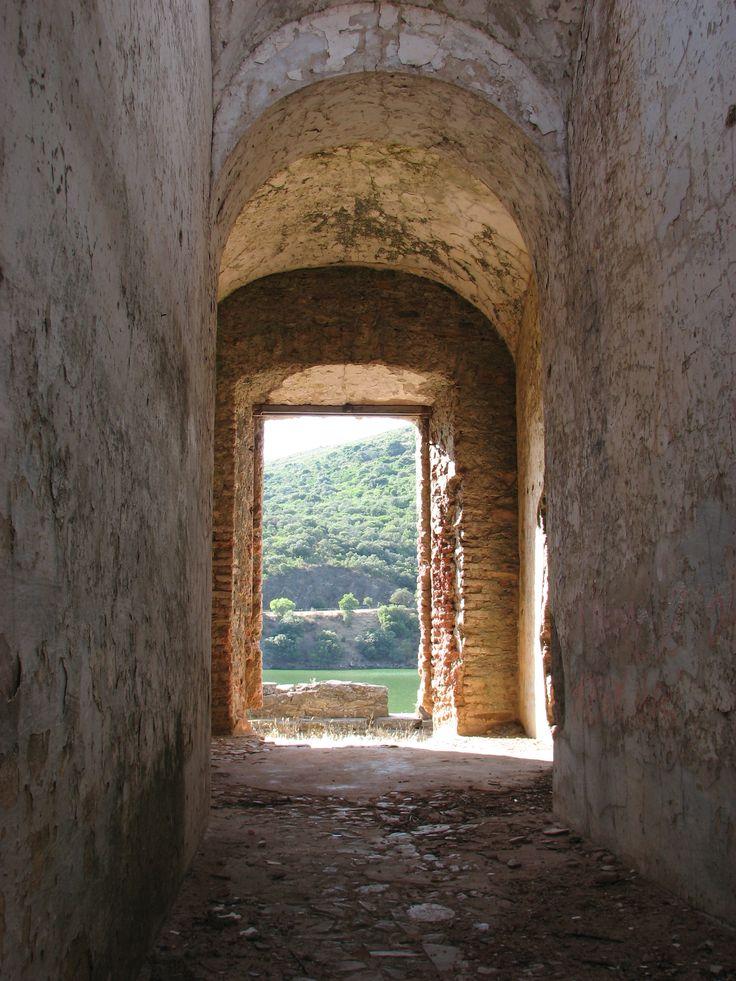 Fotografía hecha desde el interior de la casa de camineros, en el camino antiguo del Puente del Cardenal.