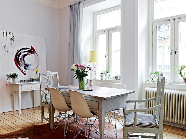 close up of the dining area.: Big Window, Dining Rooms, Dining Area, Interiors Design, Apartamento Nórdico, Dinners Tables, Scandinavian Style, Bright Lights, Dining Tables