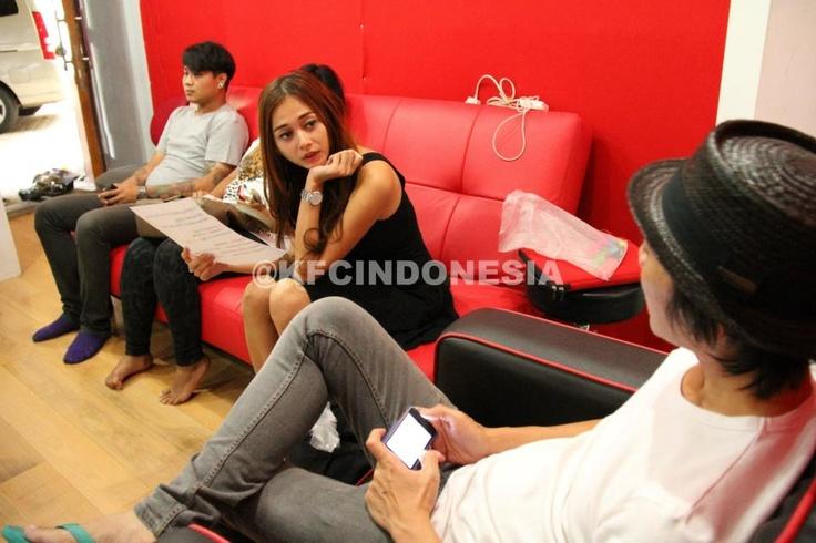 Aura Kasih tengah berkonsultasi dengan Bimbim Slank terkait lagu yang akan ia nyanyikan di KFC Adu Bintang