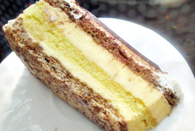 Retete Culinare - Tort cu bezea de nuca,pandispan si crema de vanilie