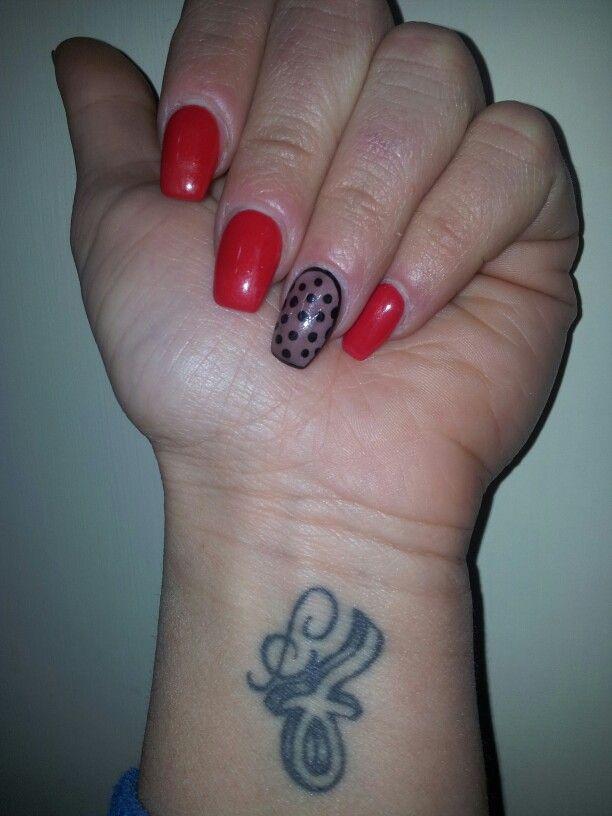 le mie unghiette«rosso brillante con anulare effetto calza»