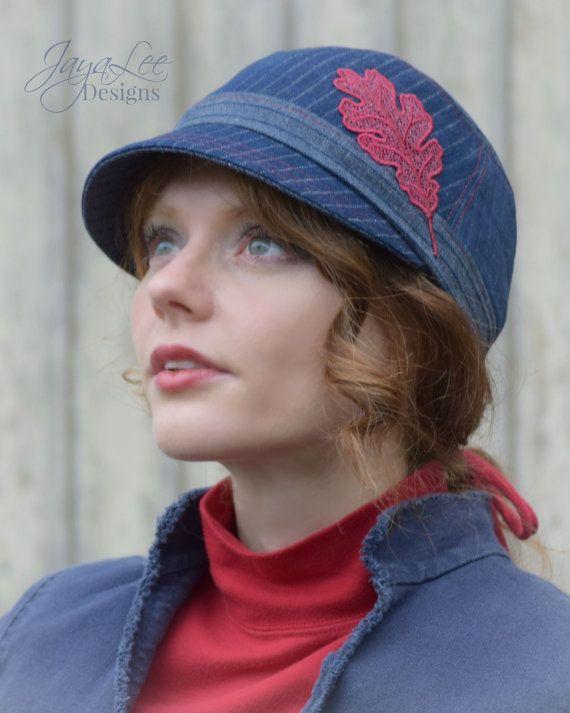 Roble rojo del dril de algodón tapa por Jaya Lee Designs  Este lindo sombrero es hecho a mano de mezclilla vintage. Denim es azul oscuro con rayas.  Un appliqué de hoja de roble rojo cereza adorna el lado izquierdo del sombrero.  Sombrero está forrado en tela de sarga de algodón rojo con una cinta del grosgrain azul marino de tamaño de la cabeza.  Atención: Suavemente Lávala a mano en agua fría. Secar al aire.  Listado está para un sombrero. Por favor, seleccione el tamaño que usted necesita…