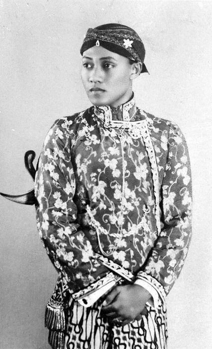 Indonesia ~  Pakoe Alam VIII (Jogjakarta, 10 april 1910 – 11 september 1998), geboren als Gusti Bendara Raden Ayu Retno Poewoso, heette als jongen Gusti Raden Mas Harya Sularso Kunto Sratno, als volwassen man Kanjeng Gusti Pangeran Adipati Arya Prabu en was van 1938 tot 1998 de zelfregerende vorst van Pakualaman, een vorstendom op centraal Java in Indonesië.