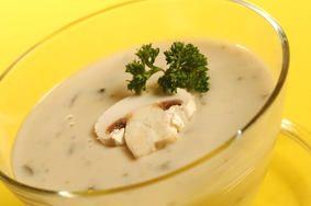 CREMA DE CHAMPIÑONES Ingredientes - 1 kg de champiñones - 1 cebolla - 1/2 puerro - 2 dientes de ajo - 500 ml de caldo de verduras - 150 ml de nata para cocinar - 25 g de mantequilla - aceite de oliva - pimienta negra molida - sal