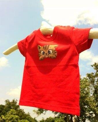 ・ステンシルと手描きの 半袖Tシャツ 肩にプラスナップボタン 2個 色 赤 70サイズ型を組み合わせながらデザインし、一枚ずつ制作。こちらの作品の柄は、前面中... ハンドメイド、手作り、手仕事品の通販・販売・購入ならCreema。