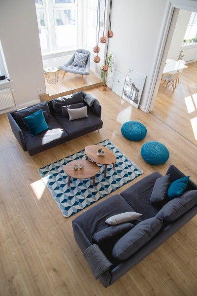 A Bunde en Allemagne, le salon de Pascal aux tons de bleu avec le tapis Etruria et le fauteuil Kolton est illuminé avec la lampe Austin.