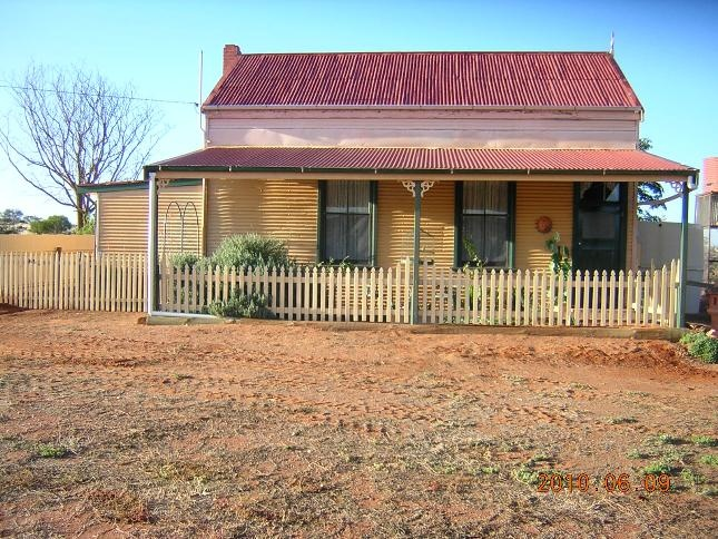 Absolutely love this tiny country cottage in australia.. Google Image Result for http://www.takeabreak.com.au/photos/12489/DSCN0378.JPG