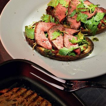 Брускетта с говядиной, томатами и песто