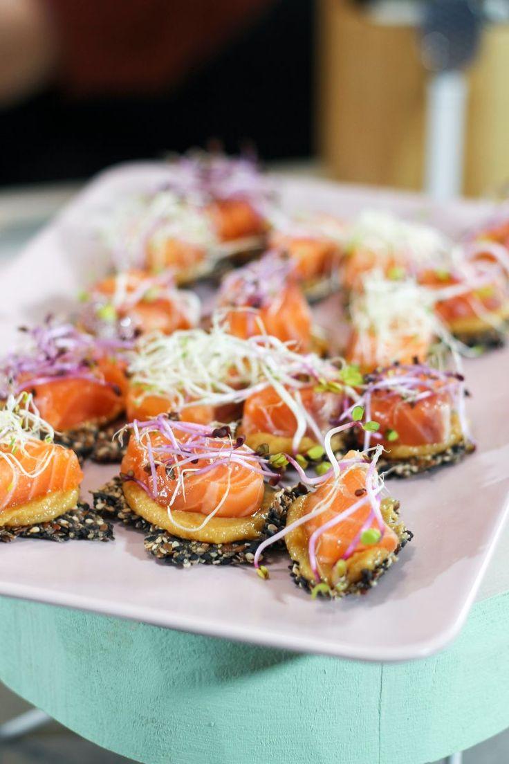 """Het lekkerste recept voor """"Sesamcrackers met miso en zalm"""" vind je bij njam! Ontdek nu meer dan duizenden smakelijke njam!-recepten voor alledaags kookplezier!"""