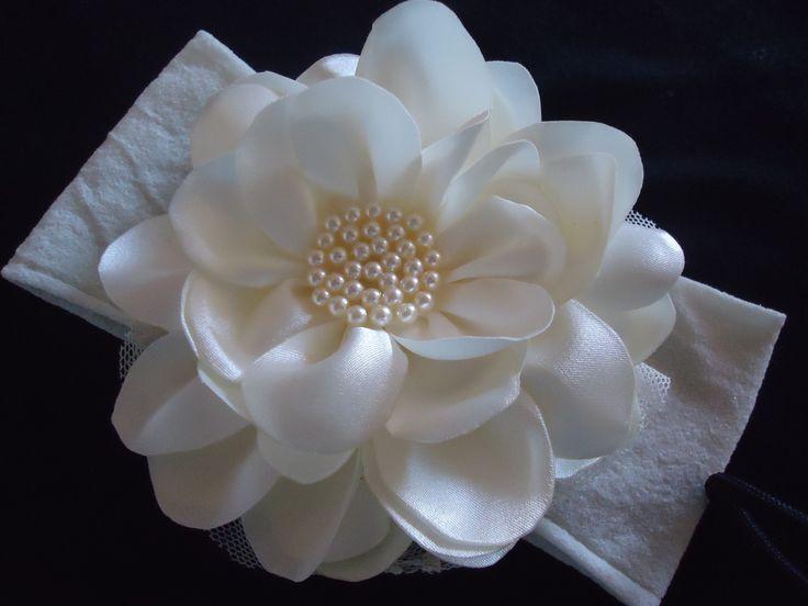 faixa em meia de seda com flor de cetim