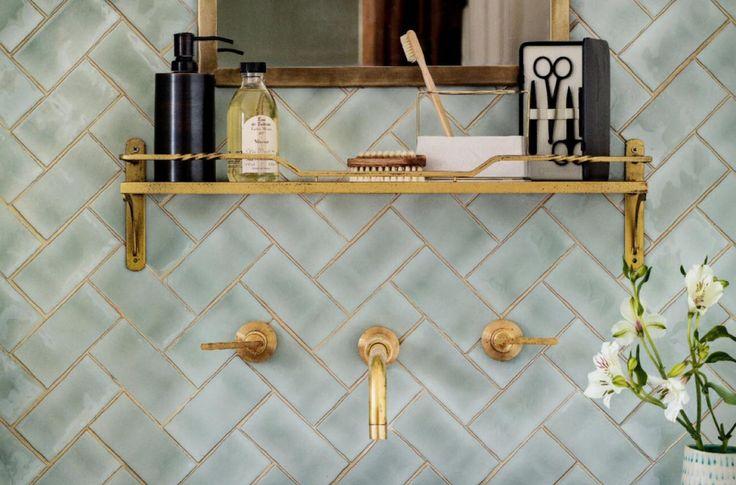 Kan jouw badkamer wel een vleugje elegance gebruiken? Ga dan voor gouden details! Zo til je de ruimte zonder veel moeite naar een hoger level.