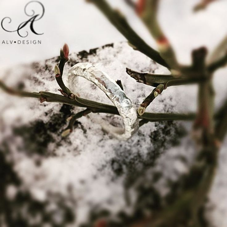 Den skira och sirliga ringen ALVA  2 mm bred, är en av våra nyheter 2017. Design och arbete av:  Konstnär och silverdesigner  Anneli Lindström, Alv Design. Se mer av våra handgjorda silverringar i webbutiken www.alvdesign.se  Välkomna!