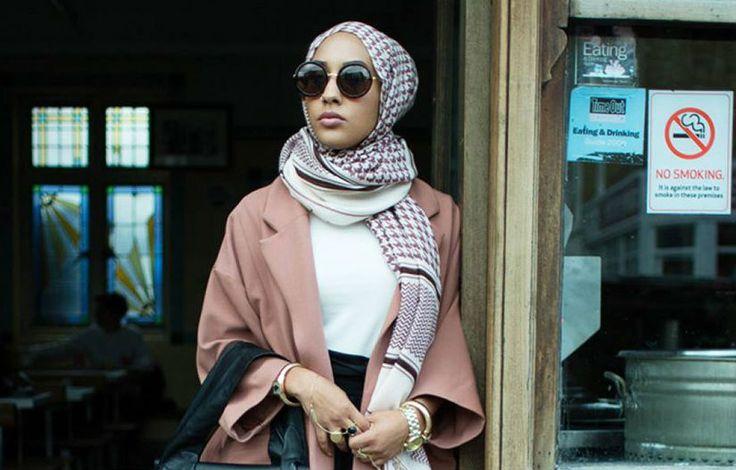 """A gigante de fast-fashion sueca H&M criou burburinho com o vídeo de sua última campanha, lançado em setembro. O que levou inúmeros sites e revistas a comentar tanto o comercial? Uma modelo usando um Hijab, o lenço que cobre a cabeça de algumas muçulmanas. Veja na marca dos 55 segundos: O comercial gerou críticas por...<br /><a class=""""more-link"""" href=""""https://catracalivre.com.br/geral/gentileza-urbana/indicacao/hm-faz-campanha-com-modelo-muculmana-usando-veu-e-desafia-padroes/"""">Continue lendo…"""