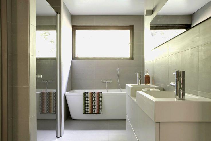 Stort badrum med både dusch och badkar