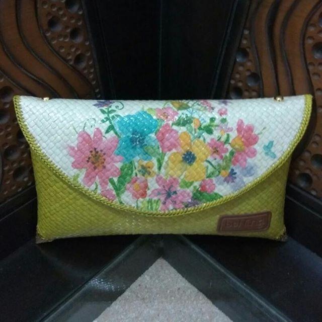 Tas Pandan Decoupage Tas anyaman pandan dengan motif bunga-bunga cocok banget buat nemenin kaum hawa wara-wiri hangout sama temen-temen atau kencan sama si do'i. Dijamin deh perempuan lain pasti iri lihat kamu pake tas bernilai seni tinggi ini. #tasanyaman #tasanyamanmurah #tasanyamanngawi #tasanyamanngawimurah #bags #bag #purses #toptags #clutch #fashionbag #bagslover #bagslovers #newcollection #handbags #trendy #trend #crossbags #musthave #accessories #purse #clutches #musthavebags…