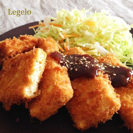 豆腐 味噌カツ レシピ。薄めにカットした豆腐に厚めの衣とパン粉がザックザク!最高の食感です♪濃厚な味噌ソースをたっぷりかけて。白ごはんが進みます。