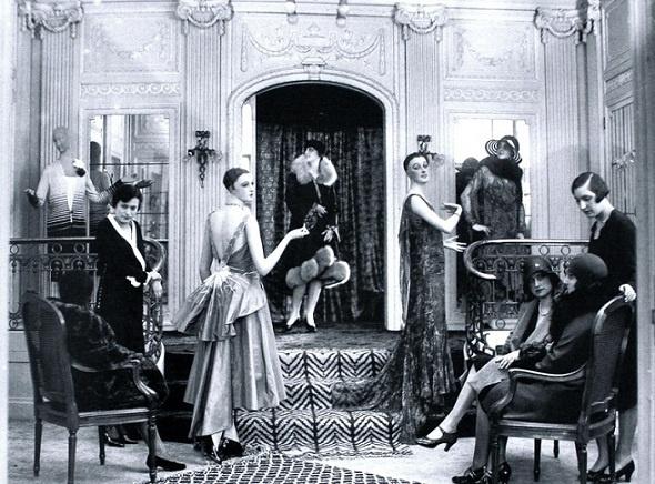 Rijke klanten kijken naar een modeshow van modehuis Hirsch Cie 1930. AMSTERDAM