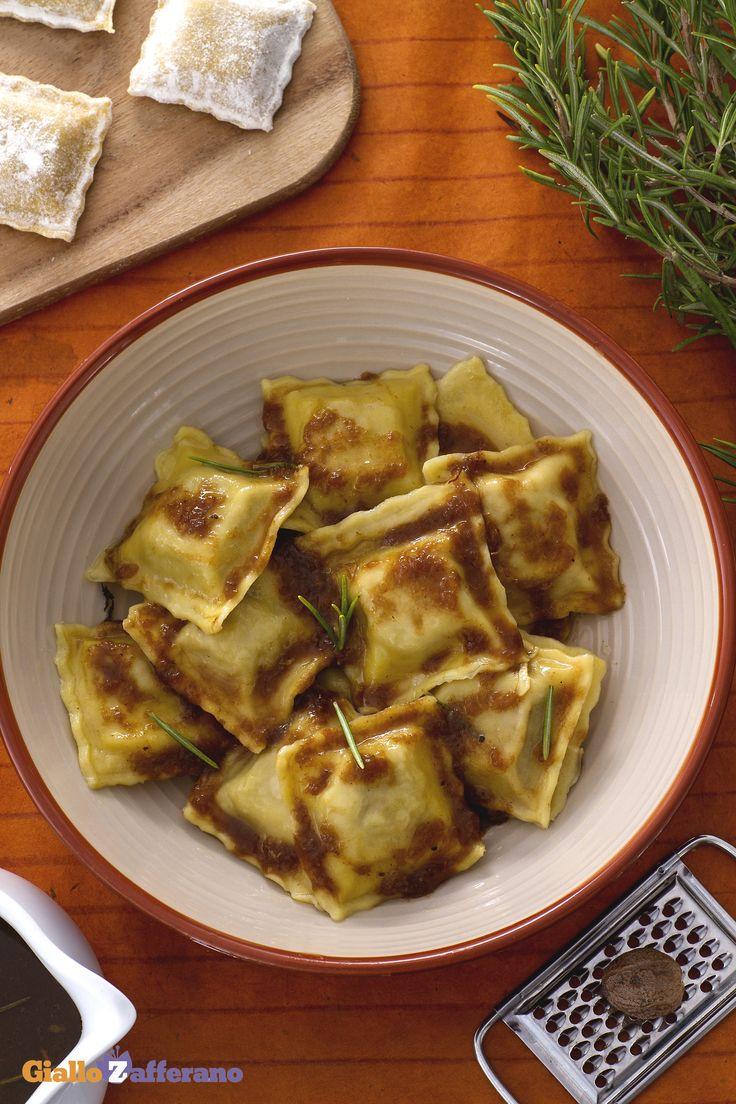 Gli #agnolotti (meat ravioli) sono il tipico primo piatto della cucina Piemontese e rappresentano una #ricetta conosciuta ed apprezzata non solo in Italia, ma anche all'estero per la sua bontà e semplicità. #GialloZafferano #Piemonte #italianfood #italianrecipe