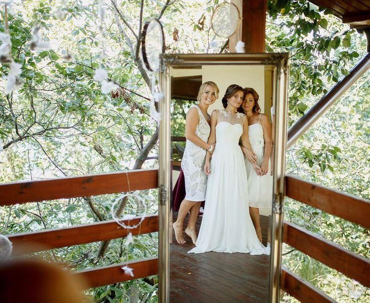 И конечно же невеста была окружена заботливым вниманием своих подружек. Мы считаем это очень важно в такой ответственный день! Фотограф @zharikovphoto  Макияж невесты и подружек @ann_boguslavska  Прическа @weddinghairstyleszp  Платье невесты @cathytelle  Декор и цветы @bowpie
