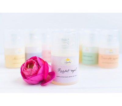 Rasfat Regal este o crema hidratanta, bogata in uleiuri pretioase precum cel de argan si rosa mosqueta, cu ingrediente active nobile, ca extractul de orhidee royala. Parfumul sau senzual este datorat uleiului esential de ylang ylang, subtil completat de cel de portocala dulce.