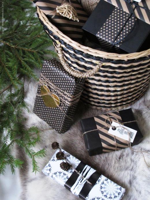En julklappskorg under granen! MAFFENS korg, FRAMSTÄLLA presentpapper, SNÖMYS dekoration, HISTORISK hängetiketter, HISTORISK presentpapper.