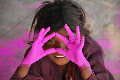 faith-in-humanity:Girl with Dyed Hands, Bharatpur Junction Railway Station by Peter Cook UK on Flickr.