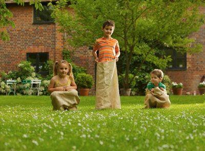 I bambini adorano stare fuori. In giardino, al parco. Ecco tante idee di gioco da realizzare all'aria aperta per ogni fascia d'età. Da 2 a 10 anni.