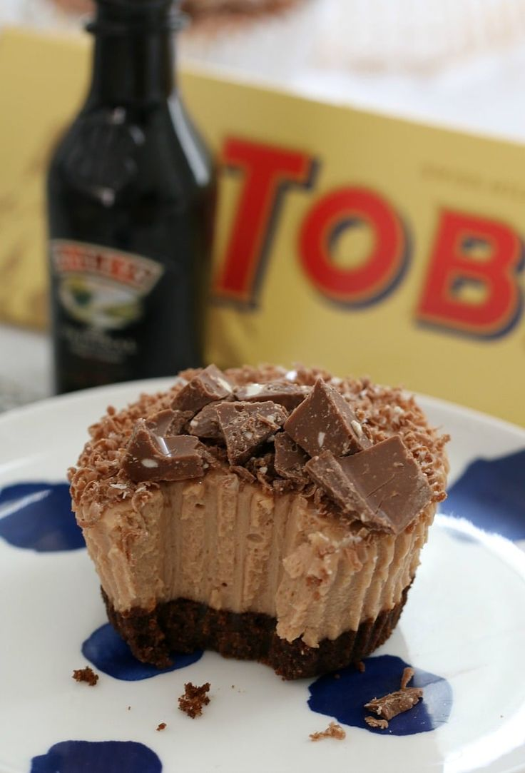 These MINI BAILEYS & TOBLERONE CHEESECAKES are so naughty… and totally delicious! Best of all, they're completely no-bake!    #baileys #toblerone #mini #cheesecake #cheesecakes #recipe #conventional #thermomix #best #easy #chocolate