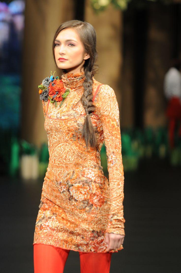vestido cuello alto con encaje estampado