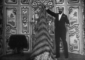 è un cortometraggio diretto da Georges Méliès (Star Film 70) della durata di circa 1 minuto in bianco e nero, con alcune versioni colorate a mano. È il primo che ci sia pervenuto in cui Méliés sperimenta la tecnica della sospensione della ripresa per creare un trucco puramente cinematografico.