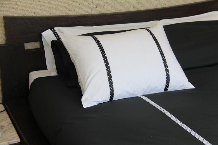Ropa de cama en blanco o negro con detalles de lunares