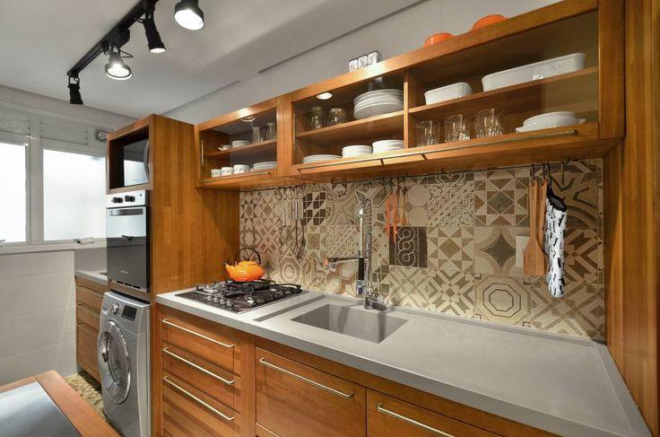 Apartamento Publicitária: Cozinhas Moderno por Johnny Thomsen Design de Interiores