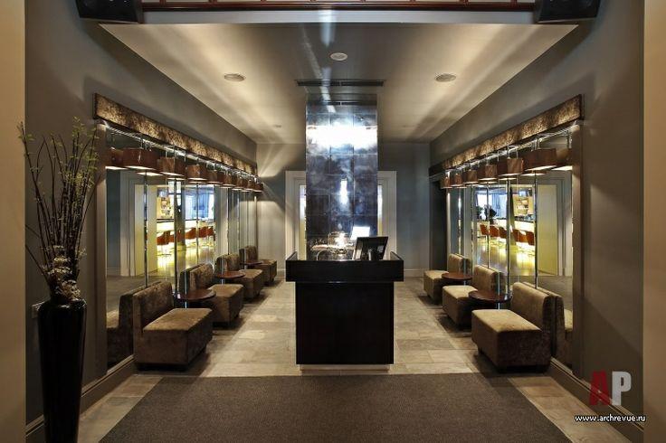 Расширяющие пространство зеркала оформлены рядом авторских светильников с абажурами, производитель «Геометрия».