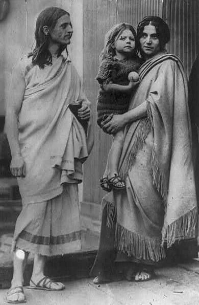 [Grèce en vogue: A New Wave of American Philhellenism in the 1920s].  Raymond, Penelope, and Menalkas Duncan, 1912. Source: George Grantham Bain Collection, Library of Congress