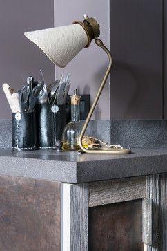Les façades des meubles de cuisine associent des plaques en métal patinées – également réalisées par un métallier – à du chêne grisé de chez Atmosphère & Bois.